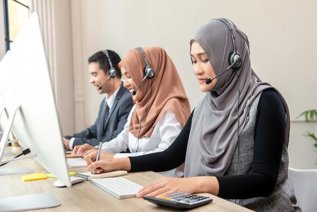 Equipo de centro de llamadas musulmán asiático Foto Premium