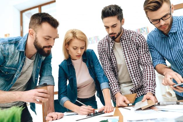 Equipo de diseñadores arquitectos se basan en planos. Foto Premium