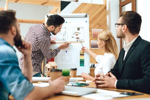 Equipo de diseñadores arquitectos viendo presentación Foto Premium