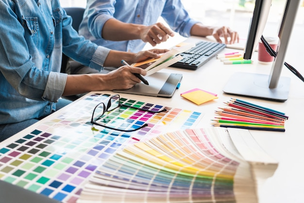 Equipo de diseño gráfico trabajando en la oficina Foto Premium