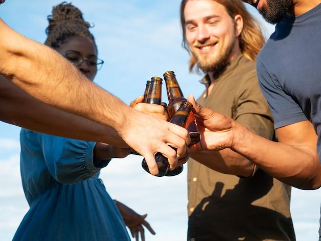 Equipo diverso de amigos celebrando eventos festivos afuera Foto gratis
