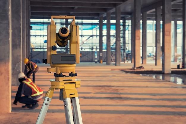 Equipo de encuesta en sitio de construcción Foto Premium
