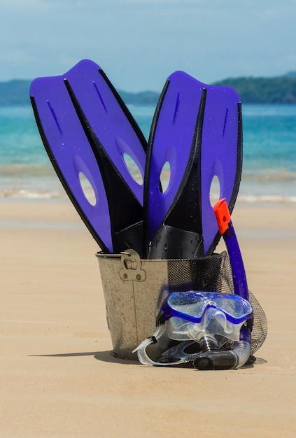 Equipo para el fondo de la playa de snorkel Foto Premium