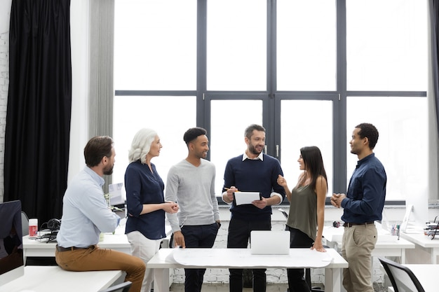 Equipo de gerentes de negocios que trabajan con un nuevo proyecto de inicio Foto gratis