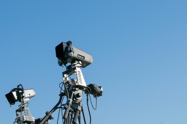 Equipo de iluminación profesional para conciertos contra el cielo azul. Foto Premium