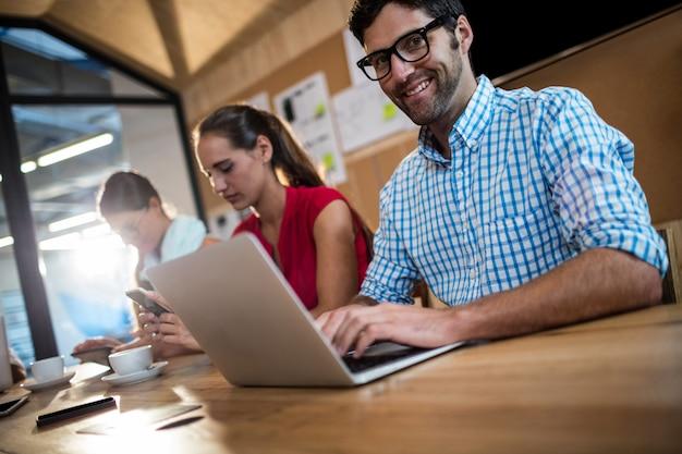 Equipo informal de negocios usando computadoras portátiles Foto Premium