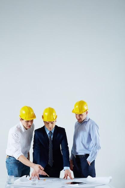Equipo de ingenieros hablando de un proyecto en la reunión Foto gratis