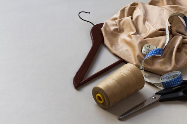 Equipo de modista con materiales en el lugar de trabajo. Foto gratis