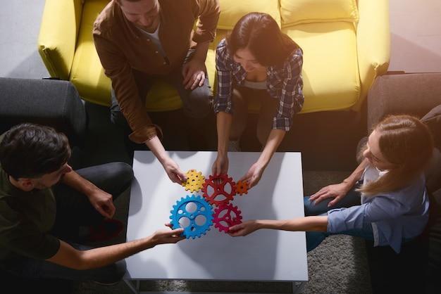 El equipo de negocios conecta piezas de engranajes. concepto de trabajo en equipo, asociación e integración Foto Premium