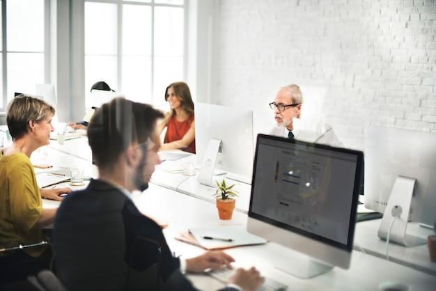 Equipo de negocios contáctenos concepto de internet helpdesk Foto gratis