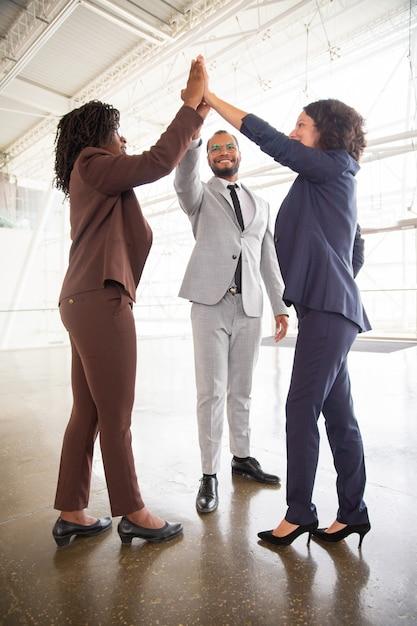 Equipo de negocios dando cinco Foto gratis