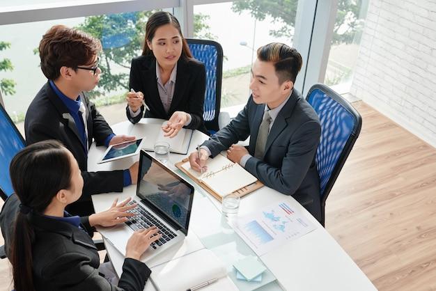 Equipo de negocios discutiendo proyecto Foto gratis