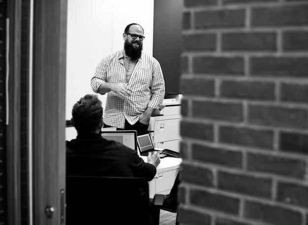 Equipo de negocios de inicio lluvia de ideas en taller de reuniones Foto Premium