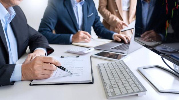 Equipo de negocios inversión emprendedor comercio discutir y analizar datos de los gráficos del mercado de valores Foto Premium