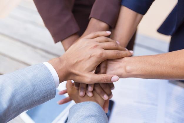 Equipo de negocios juntando sus manos Foto gratis