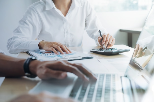 Equipo de negocios presente. inversionista profesional trabajando nuevo proyecto de inicio. reunión de finanzas. Foto gratis