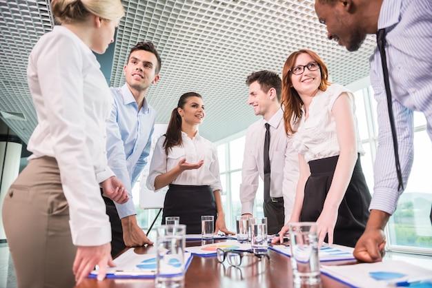 Equipo de negocios en una reunión en un entorno de oficina moderno. Foto Premium