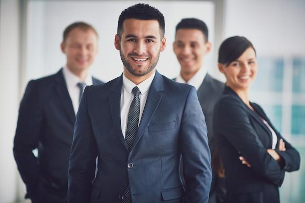 Equipo de negocios seguro con el líder Foto gratis