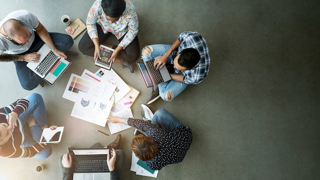 Equipo de negocios sentado en el suelo Foto Premium