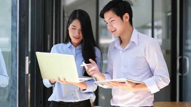 Equipo de negocios de startups jóvenes haciendo una lluvia de ideas sobre su próximo proyecto. Foto Premium