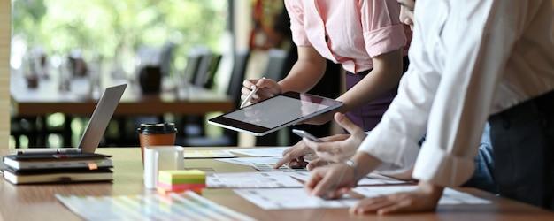 El equipo profesional de diseñadores de ux está diseñando aplicaciones para teléfonos inteligentes. Foto Premium