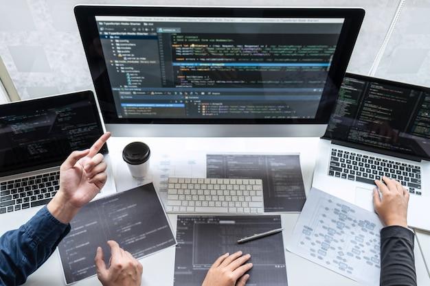Equipo profesional de programador que trabaja en proyecto en computadora de desarrollo de software en empresa de ti Foto Premium