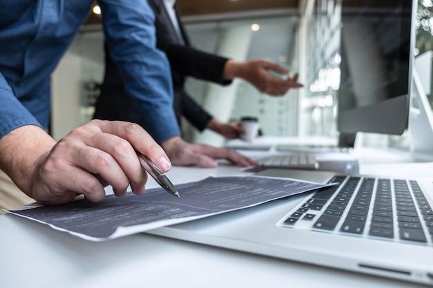 Equipo de programador desarrollador trabajando en proyecto en computadora de desarrollo de software en la oficina de la compañía de ti Foto Premium