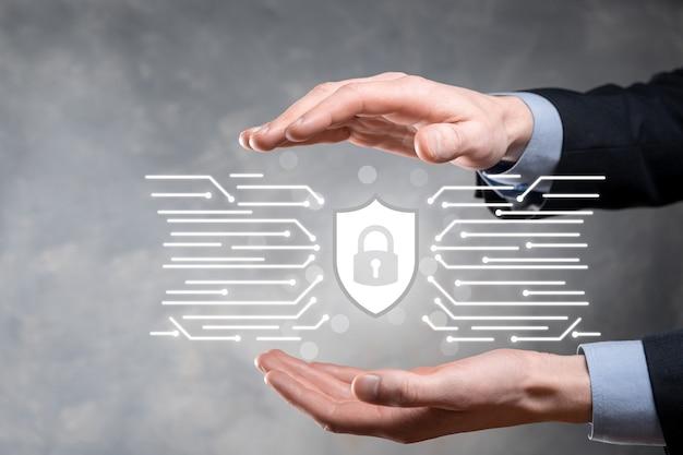 Equipo de seguridad de red de protección y seguro su concepto de datos, empresario sosteniendo el icono de protección de escudo. símbolo de candado, concepto sobre seguridad, ciberseguridad y protección contra peligros. Foto Premium