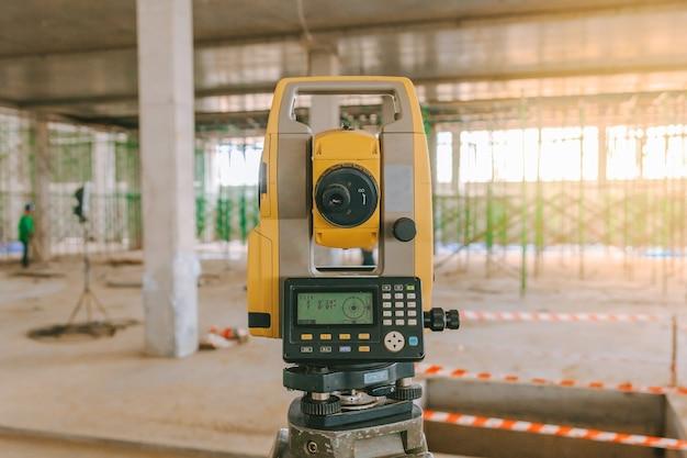 Equipo de topógrafo taquimétrico o teodolito al aire libre en el sitio de construcción Foto Premium