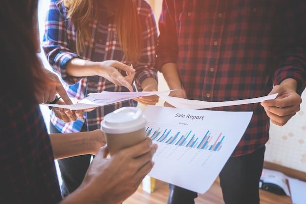 El equipo está trabajando juntos analizando datos de negocios. Foto Premium