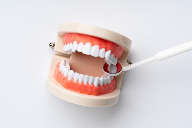 Equipos dentales desde la vista superior, planos en el estudio Foto Premium