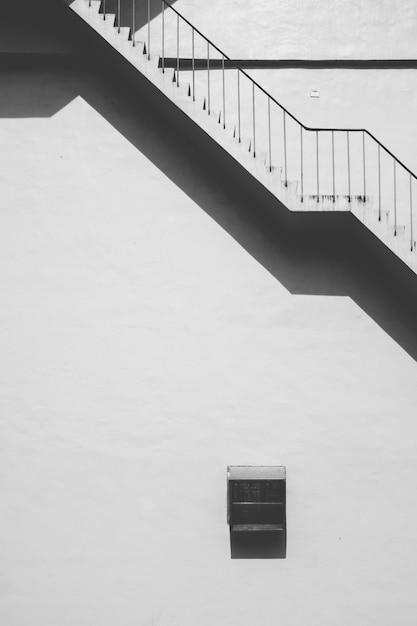 Escalera de hormigón al aire libre de ángulo bajo Foto gratis
