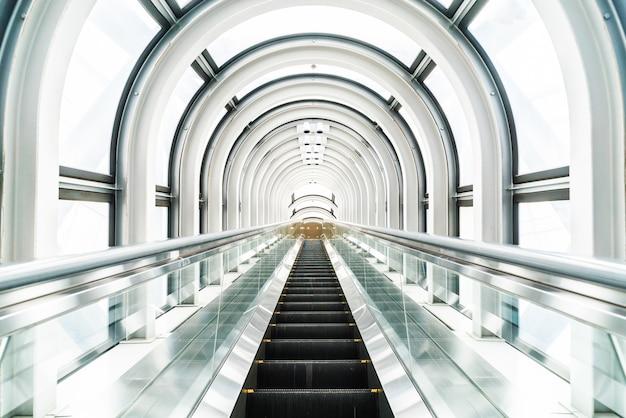 Escalera mecánica en el edificio del observatorio jardín flotante Foto gratis