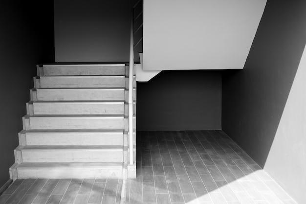 Escalera o escaleras, arquitectura moderna en blanco y negro del edificio. Foto Premium