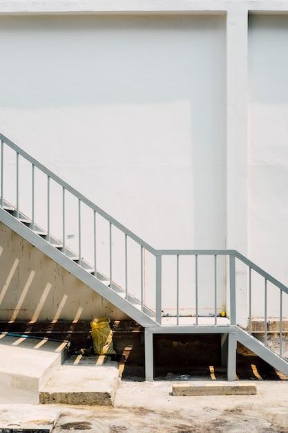 Escalera y pared blanca Foto gratis