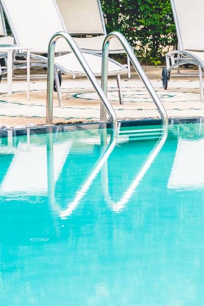 Escaleras al agua de la piscina descargar fotos gratis for Piscina gratuita
