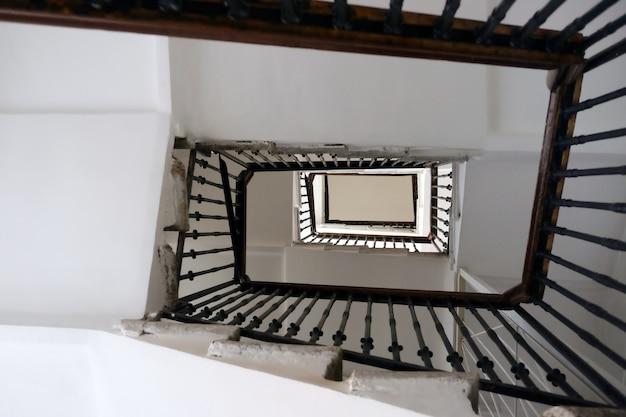 Escaleras desde arriba entrando en la distancia. Foto Premium