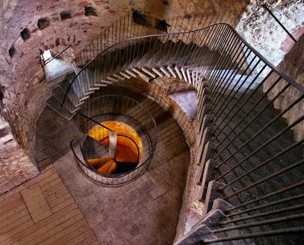 Escaleras de caracol dentro de un edificio de hormigón Foto gratis