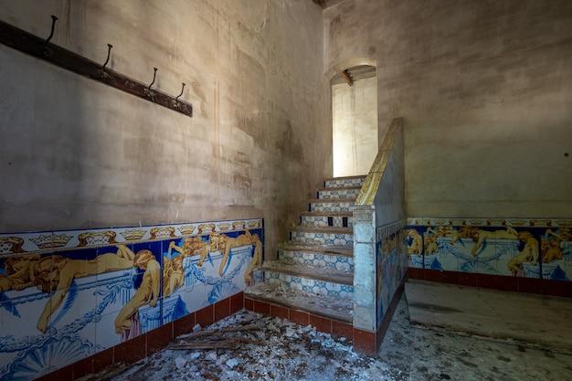 Escaleras de una casa antigua Foto Premium