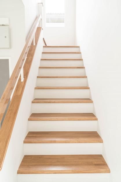Escaleras de madera y pasamanos descargar fotos gratis for Como hacer una escalera de madera con descanso