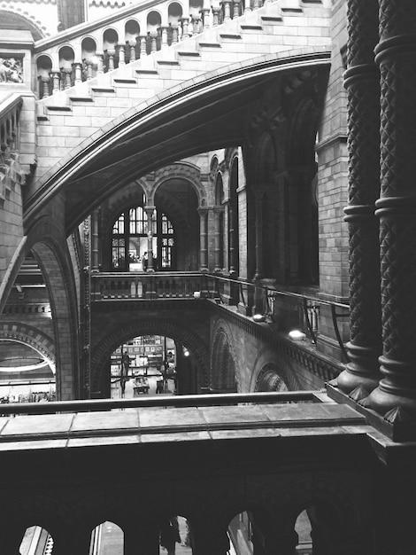 Escaleras y pasillos en blanco y negro Foto gratis
