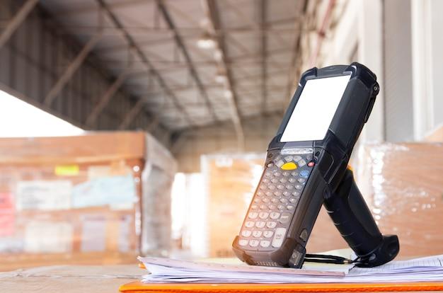 Escáner de código de barras, almacén de inventarios y logística. Foto Premium
