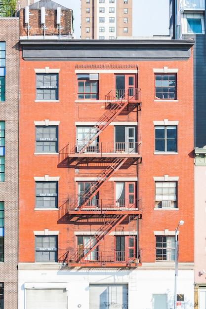 Escape de fuego típico en los edificios de nueva york Foto Premium