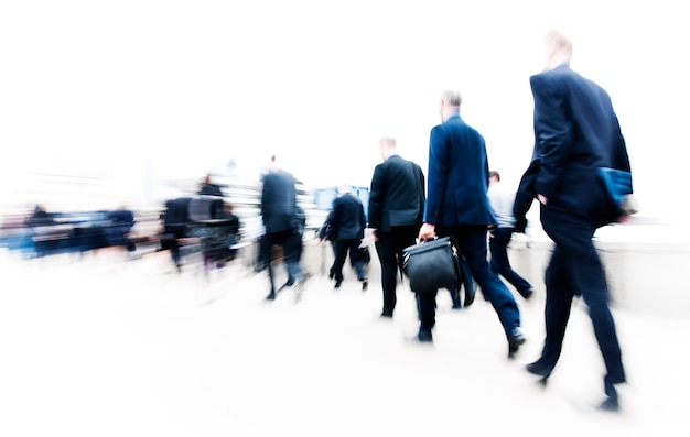 Escena borrosa en blanco y negro de gente llena de gente caminando en una carrera Foto Premium
