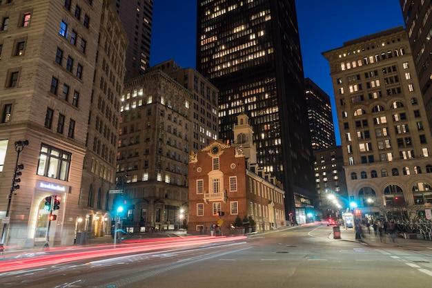 Escena de boston old state house buiding en el tiempo crepuscular en massachusetts, ee.uu. Foto Premium