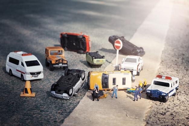 Escena de coches en miniatura, modelo de juguete accidente en la calle. seguros de terrorismo. Foto Premium