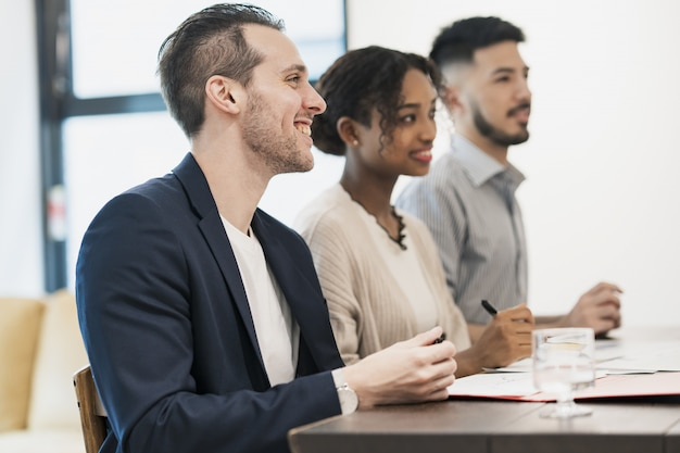 Escena empresarial con miembros multinacionales. Foto Premium