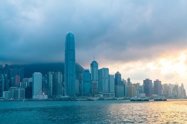 Escena del puerto de victoria en hong kong. victoria harbour es el famoso lugar de atracción para turistas para visitar Foto Premium