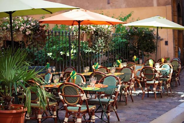 Escena t pica de restaurante franc s con mesas y sillas for Restaurante frances