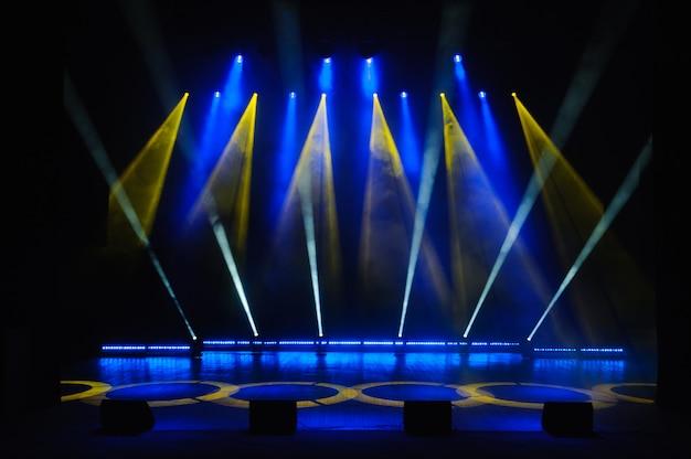 b4f1b9f9c Escenario gratis con luces, show de dispositivos de iluminación. Foto  Premium